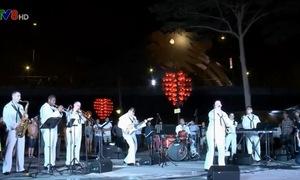 Đoàn thủy thủ tàu USS Carl Vinson biểu diễn âm nhạc tại Đà Nẵng