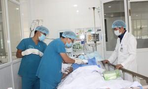 Phẫu thuật tim hở cho 2 bệnh nhân không có điều kiện chữa trị