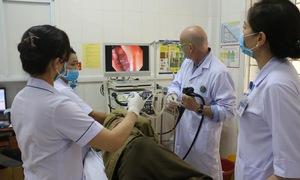 Hà Tĩnh: Chuyên gia Pháp khám, điều trị cho người bệnh