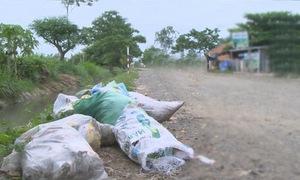 """Phú Yên: Kênh mương dẫn nước biến thành """"kênh rác"""""""