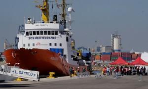 Tàu chở 629 người tị nạn cập cảng Tây Ban Nha