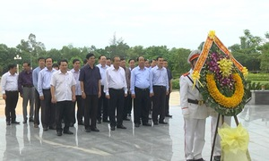 Phó Thủ tướng Trương Hòa Bình viếng Nghĩa trang Liệt sỹ tỉnh Quảng Nam và Tượng đài Mẹ Việt Nam anh hùng