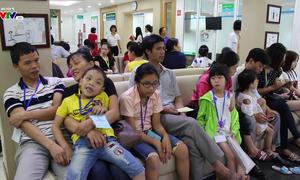 Khám và phẫu thuật mắt miễn phí cho gần 100 trẻ em ở Tuyên Quang