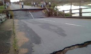 Nước lũ gây sập cầu Tân Hà nối Bình Thuận với Đồng Nai