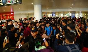 ẢNH: ĐT Việt Nam trở về trong vòng tay của người hâm mộ và gia đình