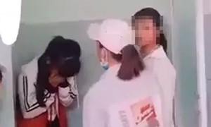Mâu thuẫn trên Facebook, nữ sinh trung học bị đánh hội đồng