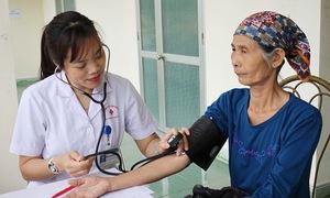 Đo huyết áp miễn phí cho người dân tại Quảng Ninh