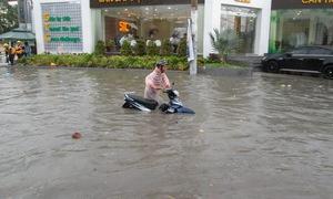 TP.HCM: Cơn mưa đầu mùa khiến nhiều nơi ngập nước