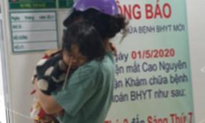 Vấp ngã khi ăn kem, bé 2 tuổi bị que kem đâm vào mắt