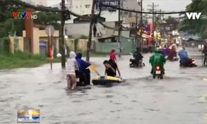 TP.HCM: Người dân lấy thuyền ra chèo vì đường biến thành sông