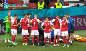 UEFA EURO 2020: Eriksen bất ngờ đổ gục nằm sân, các bác sĩ cấp cứu tại chỗ