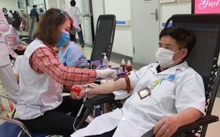 Y, bác sĩ Bệnh viện Hữu Nghị hiến máu cứu người