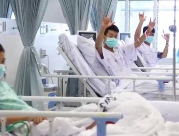 Đội bóng thiếu niên Thái Lan cảm ơn đội cứu hộ