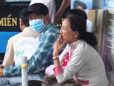 Khó xử lý vi phạm hút thuốc lá nơi công cộng