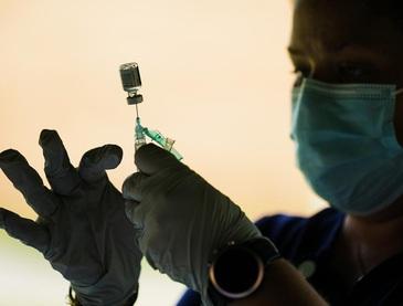 Các nước giàu có nguy cơ vứt bỏ hơn 100 triệu liều vaccine COVID-19