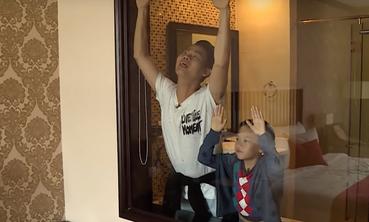"""Phút giây """"lầy lội"""" khó đỡ của bố con MC Hồng Phúc - Chíp sún"""