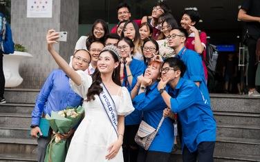 Hoa hậu Lương Thùy Linh trở về ĐH Ngoại thương sau đăng quang