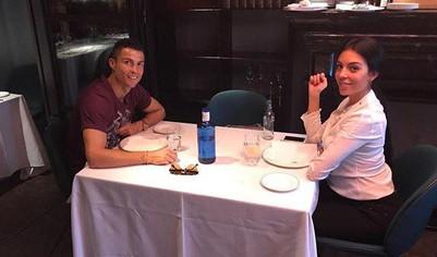 Cristiano Ronaldo chia sẻ khoảnh khắc hạnh phúc bên bạn gái mang bầu