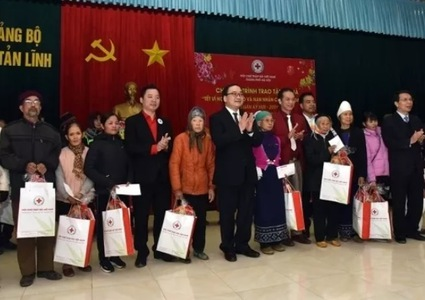 Tet gifts presented to policy beneficiaries in Hanoi, Hai Duong