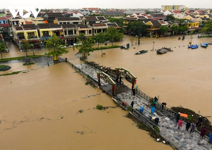 PM says people's safety a priority as central Vietnam devastated by floods