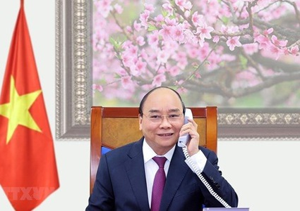 PM Nguyen Xuan Phuc holds phone talks with Lao, Cambodian leaders