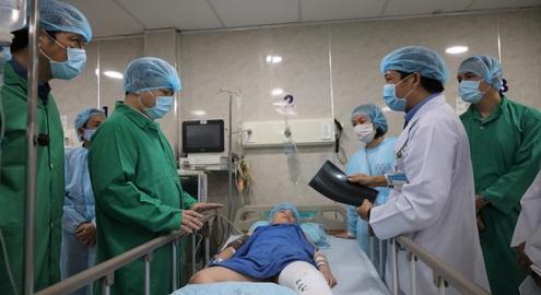 (Cập nhật) Sự việc cây bật gốc đè học sinh: Báo động đỏ cứu học sinh bị thương nặng