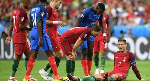 VIDEO EURO 2016: Khoảnh khắc Ronaldo rơi nước mắt rời sân