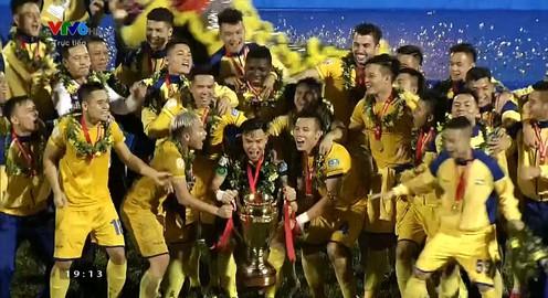 VIDEO: SLNA nhận cúp vô địch Cúp Quốc gia 2017