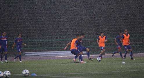 ĐT Việt Nam đội mưa tập luyện làm quen sân National Olympic