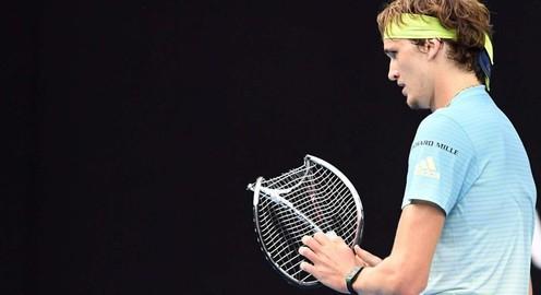 VIDEO: Giận dữ vì thua điểm, Zverev đập gãy vợt trong trận gặp Djokovic