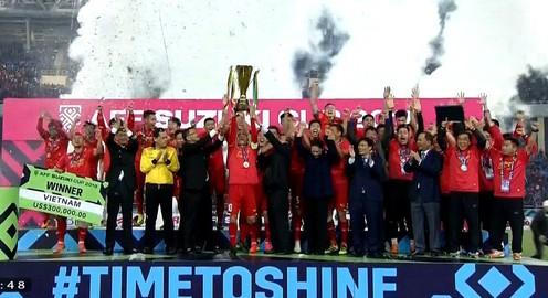 Khoảnh khắc lịch sử của bóng đá Việt Nam chúng ta khi nâng cao cúp vô địch AFF Suzuki Cup 2018