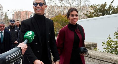 """Thoát án tù, C.Ronaldo """"tươi như hoa"""" nắm tay bạn gái rời tòa"""