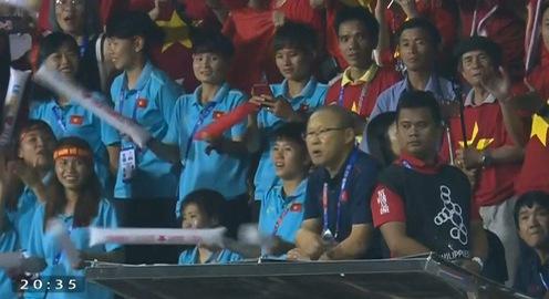 VIDEO: Nhận thẻ đỏ, HLV Park Hang Seo bỏ lên khán đài ngồi cùng ĐT nữ Việt Nam