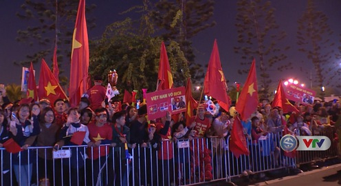 VIDEO: Người hâm mộ chào đón Đoàn Thể thao Việt Nam tại sân bay Nội Bài