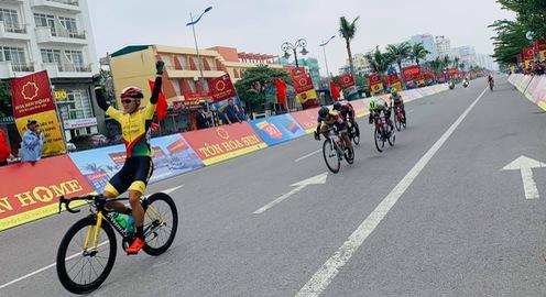 Giải xe đạp VTV Cúp Tôn Hoa Sen 2020: Nguyễn Dương Hồ Vũ chiến thắng chặng 3 Hà Nam - Thanh Hóa (120km)