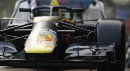 Xe mô hình F1 diễu hành tại Hà Nội