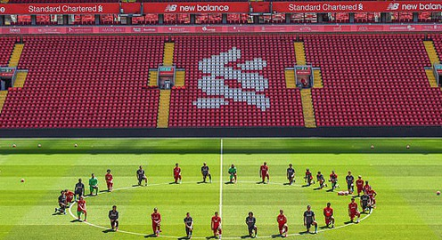 Cả đội Liverpool quỳ gối trong buổi tập đầu tiên