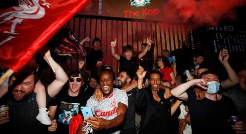 ẢNH: CĐV Liverpool tập trung ăn mừng chức vô địch Ngoại hạng Anh sau 30 năm chờ đợi
