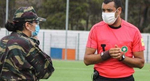 4 người dính COVID-19, quân đội ập vào sân cho dừng trận đấu