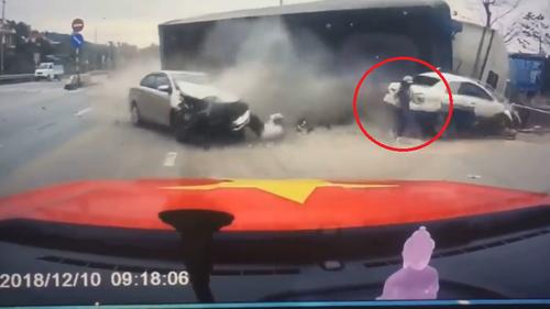 Xe container đâm xuyên dải phân cách gây tai nạn liên hoàn