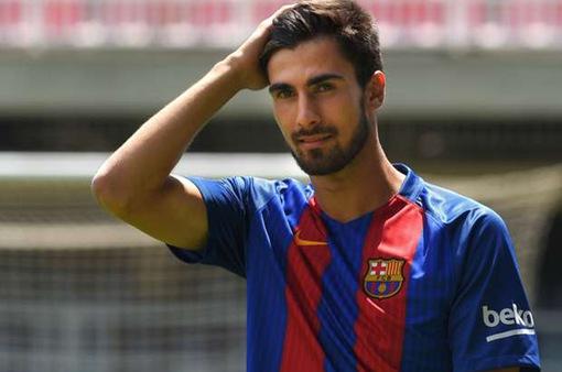 """""""Hàng hớ"""" Barcelona tự thu dọn hành lý, chờ ngày rời Nou Camp"""