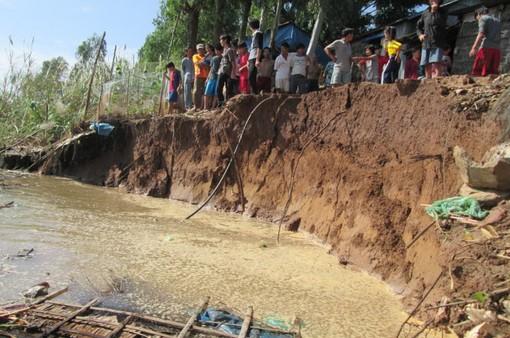Lo sạt lở, người dân An Giang ngăn sà lan khai thác cát