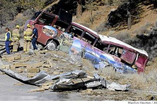 Xe bus rơi xuống vực 90m tại Mexico, 46 người thương vong