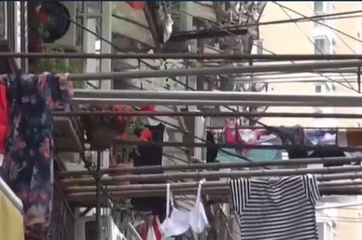 Phơi quần áo ngoài mặt phố ở Thượng Hải (Trung Quốc)
