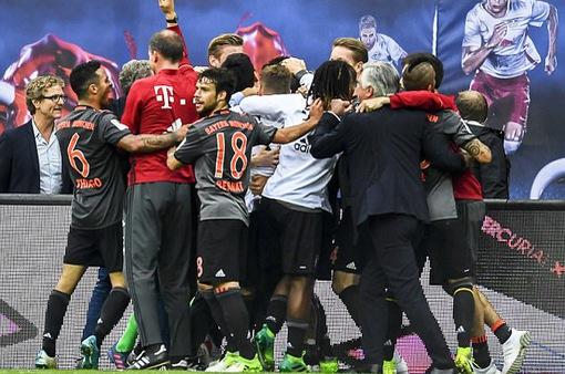 Bayern Munich ngược dòng không tưởng trước Leipzig