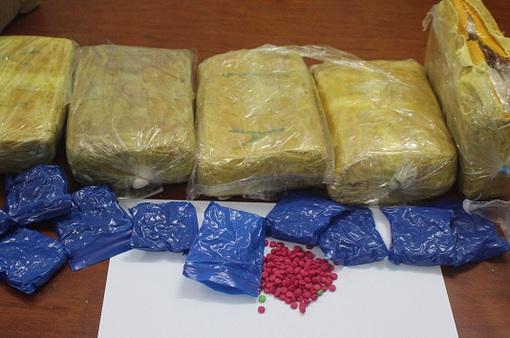 Khen thưởng tập thể phá thành công vụ vận chuyển trái phép 30.000 viên ma túy tổng hợp