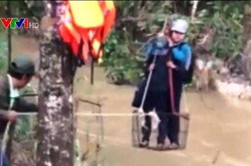 Bình Thuận: Học sinh đu dây qua nước lũ