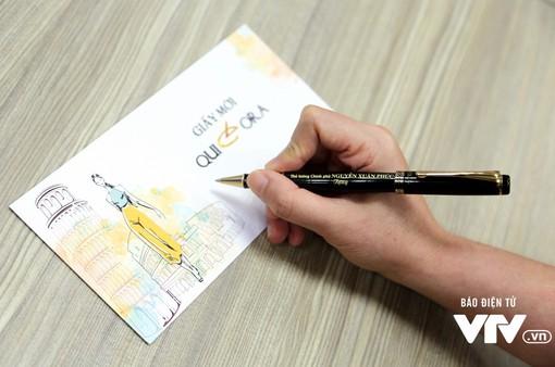 Thủ tướng Nguyễn Xuân Phúc tặng bút cho nhà hảo tâm ủng hộ chương trình Trái tim cho em