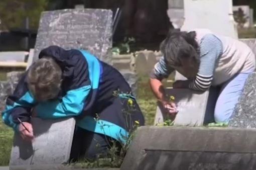 """Những """"nàng tiên"""" bí mật chăm sóc các ngôi mộ bỏ hoang tại Australia"""