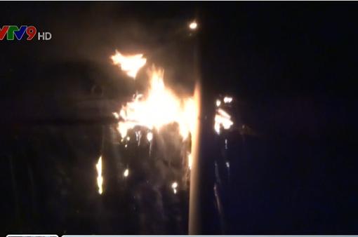 Dây cáp viễn thông bốc cháy dữ dội tại TP.HCM